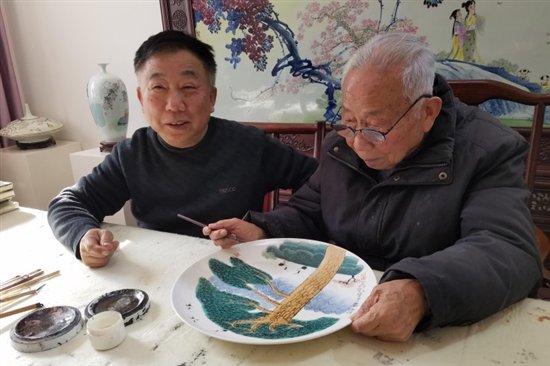 广天藏品携手王锡良大师慈善同行,爱心凝聚《松鹤延年》瓷盘