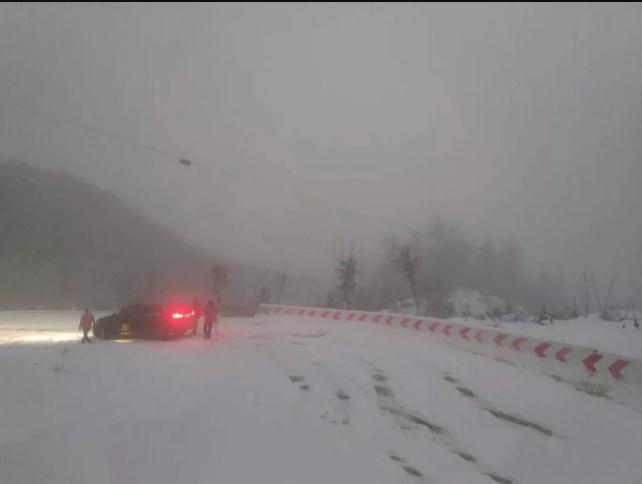 大雪封山,南武当滑雪场全员出动,疏通出行之路