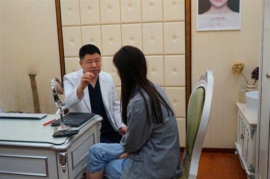 小李与任学会院长咨询脂肪移植手术话题