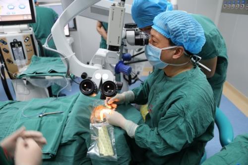 高度近视的他在岳阳做ICL晶体植入手术后,居然……
